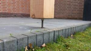 Om te zorgen dat u lang plezier kunt hebben van uw veranda, plaatsen wij de palen op verstelbare pootjes. Hiermee gaan we verrotting van de palen tegen en bij verzakking kunnen we de veranda weer naar het gewenste niveau draaien.